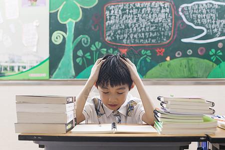 男同学痛苦的完成功课图片