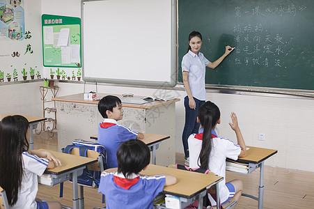 课堂上老师正在给同学们上语文课图片