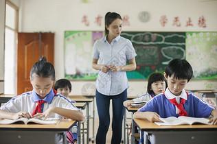 教室里正在上课老师学生们图片