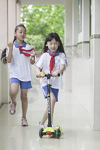 女同学在学校下课时玩耍图片