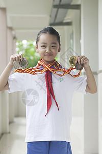 女同学获得了第一名和奖牌图片