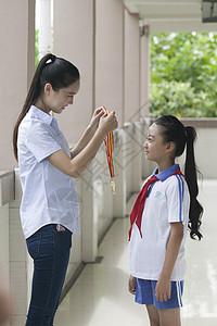 女老师给女同学颁奖图片
