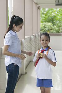 女老师和女同学在学校击掌加油图片