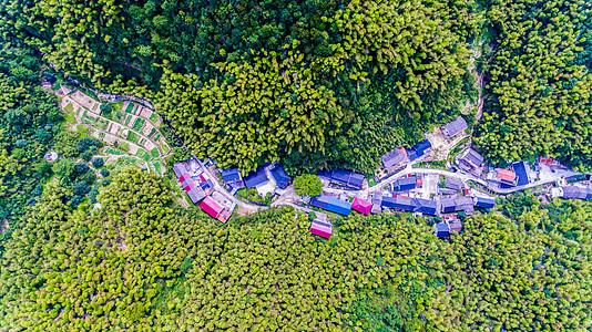航拍山林中的村庄图片