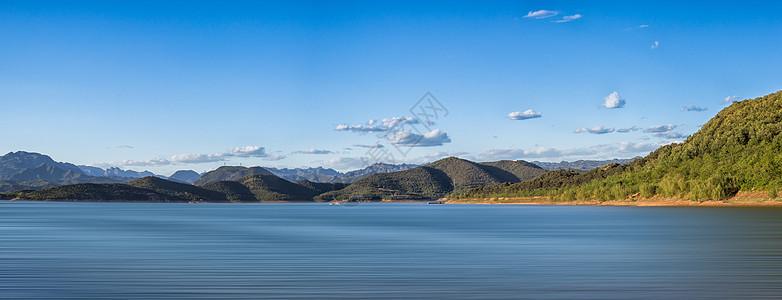 美丽风景湖泊和山脉图片