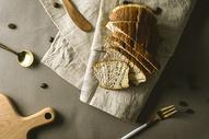 餐桌上的面包与餐具图片