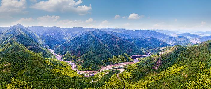 航拍大山中的村庄与水库图片