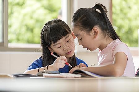 学生互相帮助讲解图片