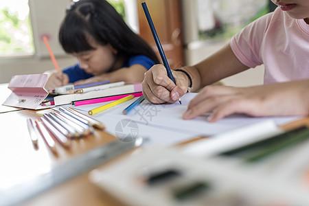 孩子画画写作业图片