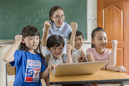 老师和学生加油动作图片