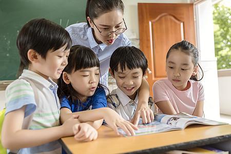 老师和学生一起看书图片
