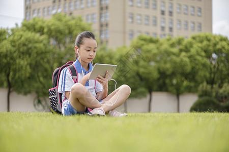 小学生使用远程教育操场学习图片