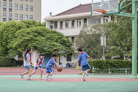 学生在操场上玩篮球图片