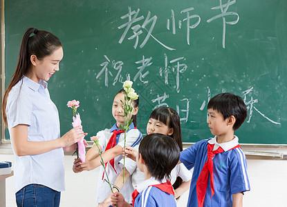 教师节同学们送花送礼物给老师图片
