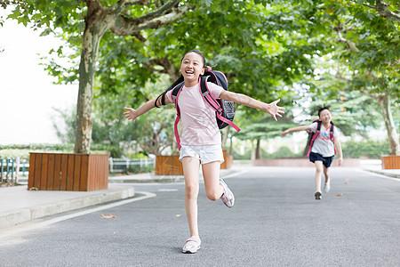 放学双手张开跑向父母的小学生图片