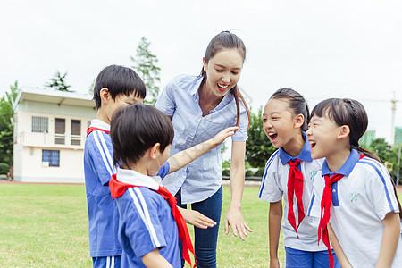 老师与学生们在草地上欢呼图片