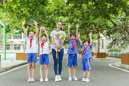 教师节学生给老师献花图片