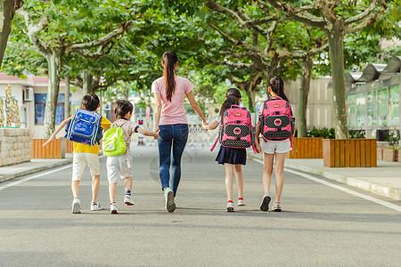 教师节老师牵着学生们上学图片