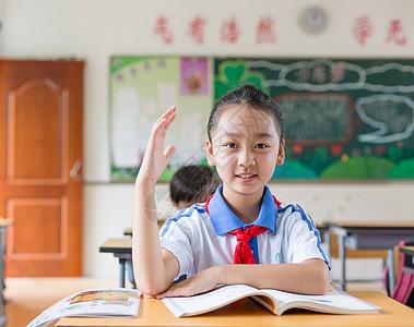课堂举手发言认真上课的小学生同学图片