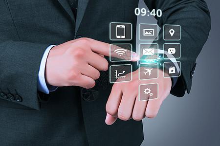 商务男士点击智能手表图片