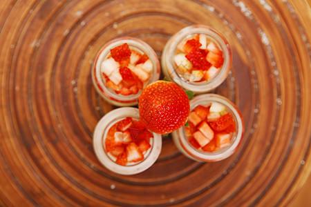 草莓果粒酸奶图片