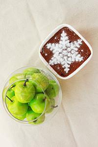 苹果和提拉米苏蛋糕图片