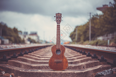 阴天轨道上的吉他图片