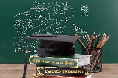 毕业前的书桌与黑板上的知识图片