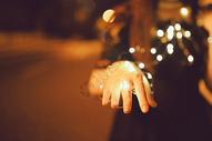 少女手上的灯光图片