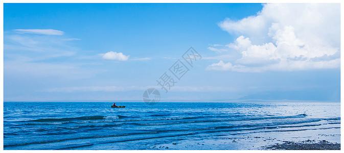 干净美丽的青海湖上漂小舟图片