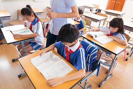 老师学生教室上课图片