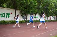 学生操场跑步运动图片