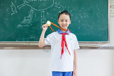 带着金牌奖牌的小学生图片