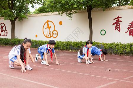 操场上跑步运动的小学生图片