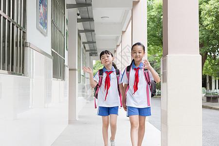 一起放学走路回家的同学图片