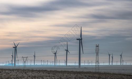 云雾中的发电风车图片