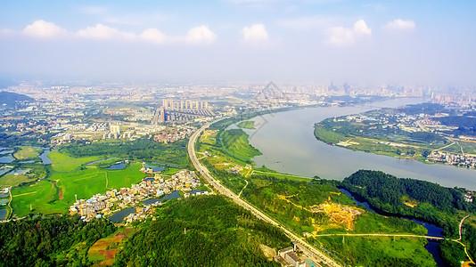 城市道路绿化云朵航拍天际线图片