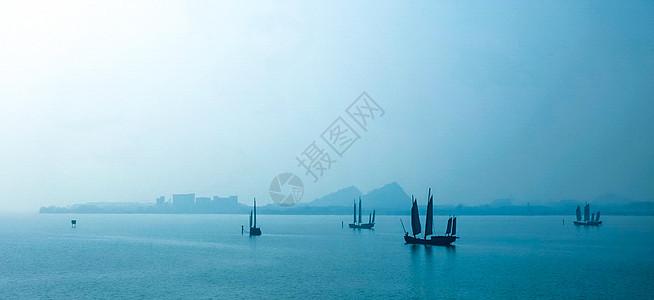 湖上杨帆起航的船图片