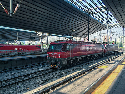 北京西站的和谐号火车头图片