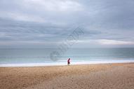 海边孤单的一个人图片