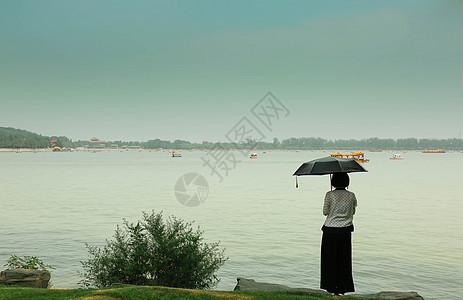 西湖边打伞的女孩图片