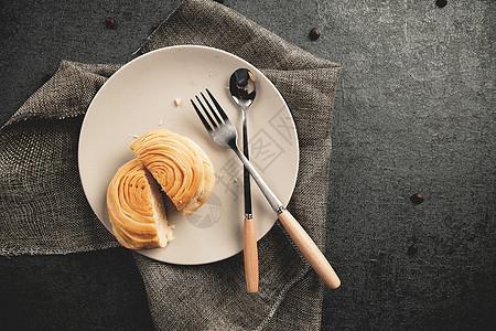 餐布面包与刀叉图片