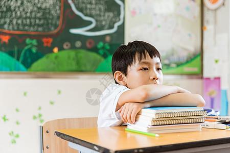 教室课间休息男孩趴在书上图片