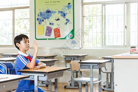 课堂男生上课学习举手图片