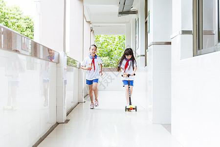 小学课间女生们玩滑轮车图片
