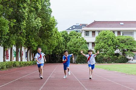 小学生们课间操场玩乐奔跑图片