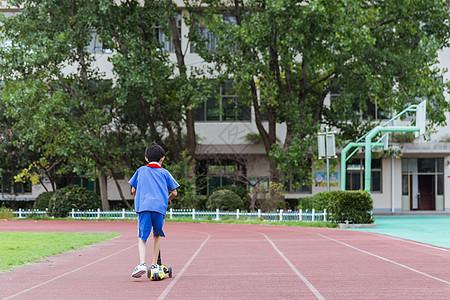 校园操场男生在玩滑轮车图片
