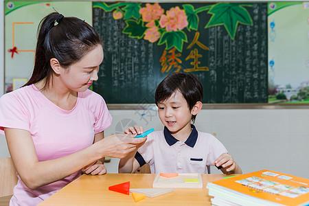 教师节课堂教师教学生搭积木图片