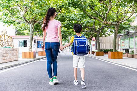 校园亲子妈妈牵着儿子上学图片