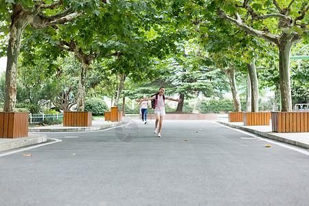 放学跑向父母跑向校门的小学生图片